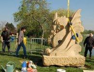 10 - Scellement sous l'oeil attentif du sculpteur